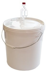 Продаются емкости из пищевого капрона и пластика для сбраживания браги и сусла, для самогона , пива , вина и других бродильных жидкостей с установленным гидрозатвором на 18 , 21 и 32 литров.